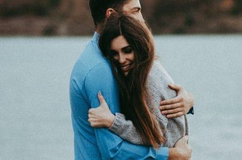 Cómo abrazar a mi novio